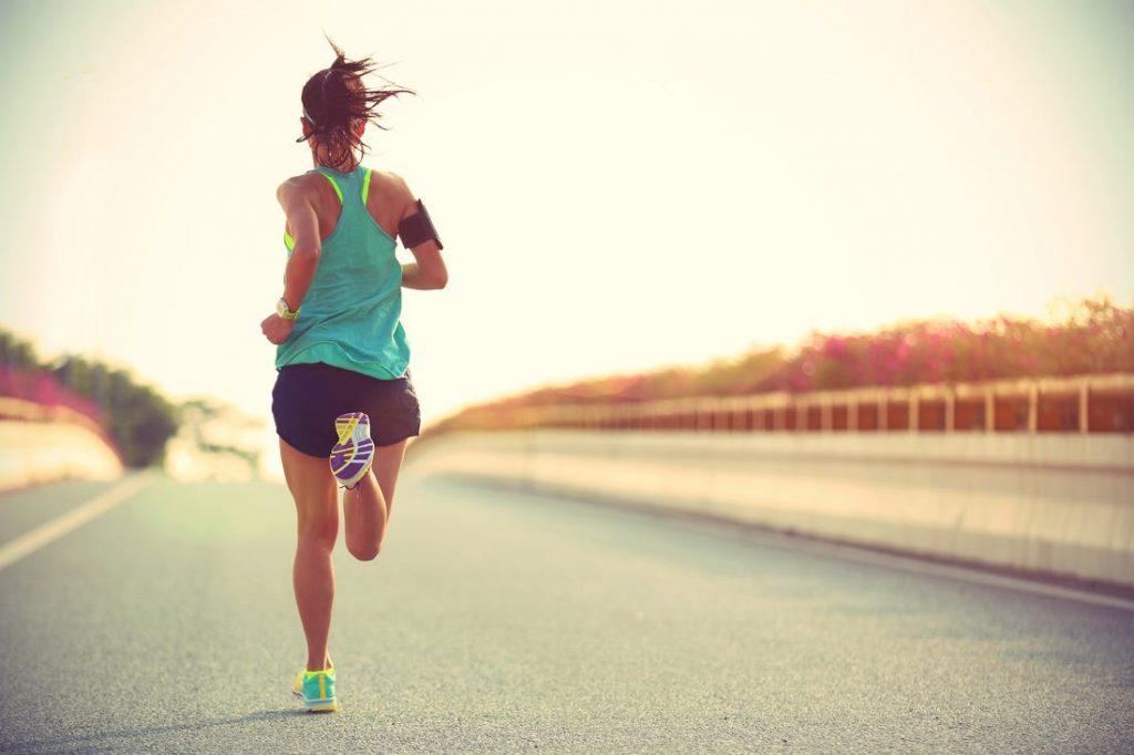 Una dintre beneficiile alergatului este imbunatatirea sanatatii psihice, nu doar fizice