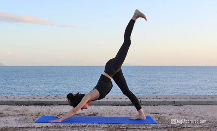 Cele mai bune exercitii yoga pot fi practicate din confortul casei sau direct de pe plaja!