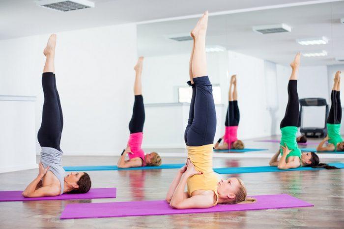 Poti incerca pozitia lumanarii, fiindca printre acele exercitii yoga de incepatori!