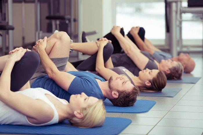Printre cele mai utilizate pozitii in exercitiile Pilates sunt pisica, scaunul si podul. Trebuie sa le incerci pe fiecare!