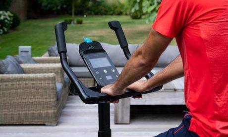 Decathlon iti ofera un couch la domiciliu odata cu achizitia unei biciclete de apartament EB 900 Domyos. Mai exact, te vei bucura de 24 programe de antrenament!