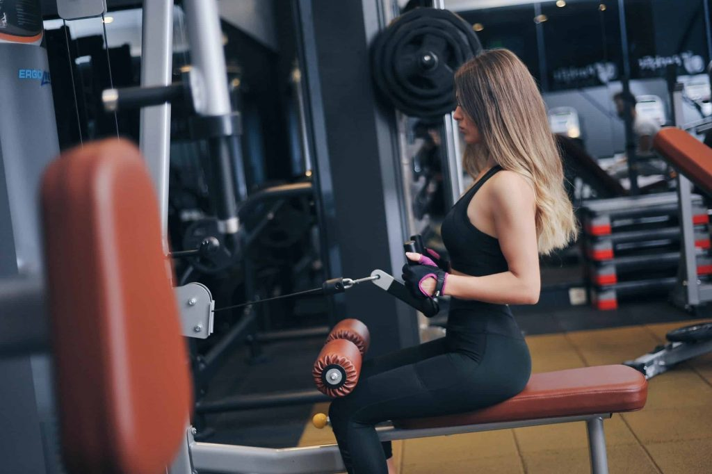 In alegerea unei sali de fitness femeile sunt de obicei atente la curatenia din sala si vestiar, la calitatea antrenorilor si a celorlalti sportivi.