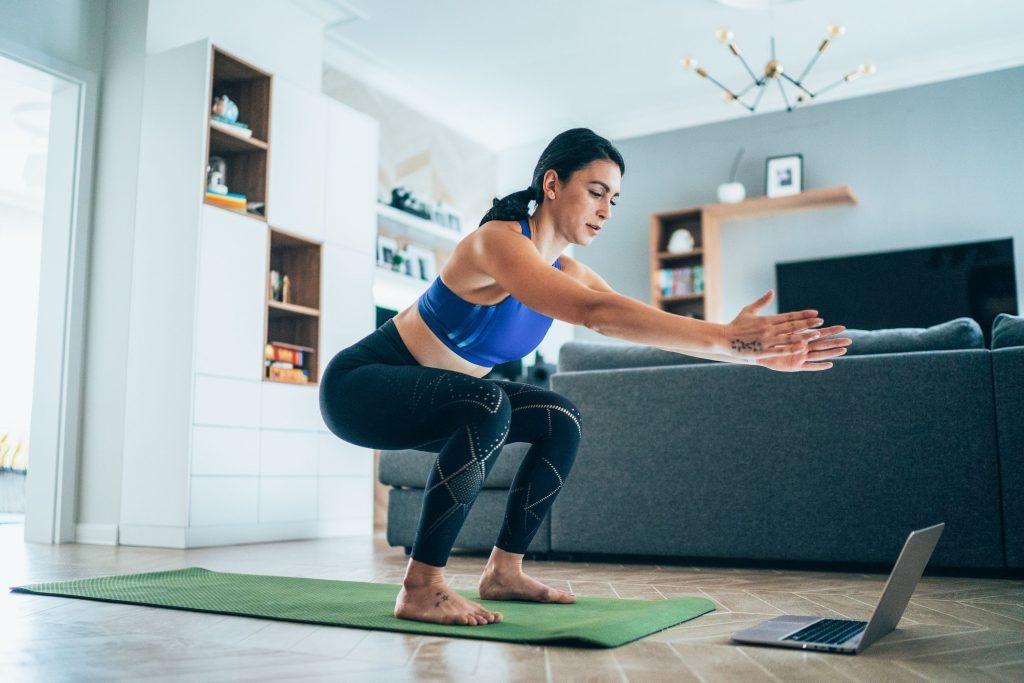 Tonifierea corpului necesita cateva exercitii, precum plansa sau genuflexiunile care pot fi realizate inclusiv de acasa!