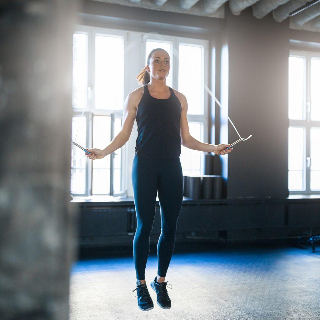 Saritul corzii reprezinta un exercitiu solicitant de cardio, care te va ajuta la tonifierea corpului si la slabit!