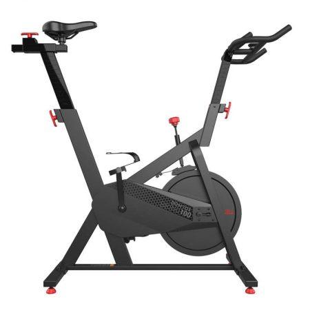 Probabil cea mai ieftina bicicleta spinning este Biking 100 Domyos. Vine in pachet cu roata de inertie de 12kg si roti pentru transport.