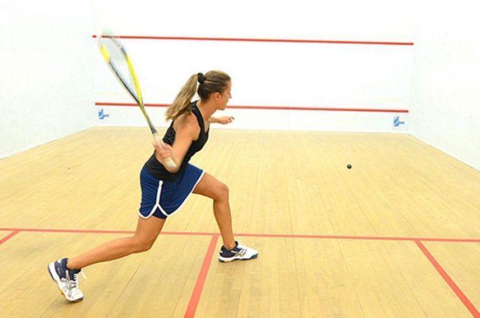 Squash-ul a devenit un sport abia din 2012. Pentru a-l practica ai nevoie de echipament adecvat, cum ar fi incaltaminte confortabila, racheta, pantaloni in care sa te simti bine si tricou sau maiou!