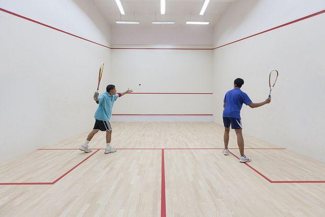 Pentru a juca squash trebuie sa respecti regulile sportului: incalzire de 5 minute, service din careu, schimbarea locurilor la jumatatea meciului si jucatorul pierde punctul daca mingea atinge solul de 2 ori.