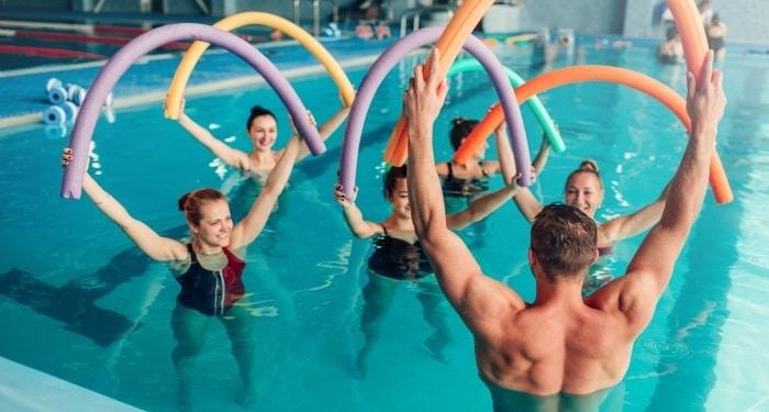 Aqua Gym aduce multiple beneficii persoanelor care il practica, fiind un sport usor pentru aproape oricine, deoarece este practicat in apa!