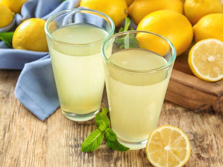 Exista mai multe variante prin care lamaia slabeste, una dintre ele fiind cea in care bei dimineata pe stomacul gol un pahar cu apa calda si cu zeama de lamaie in el.