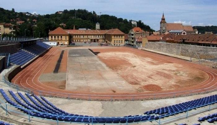 Printre cele mai cunoscute locuri de alergat in Brasov se numara si arena Liceului Sportiv, care este intr-o zona linistita si nu este o pista aglomerata.